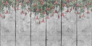 Цветущие тропические цветы на бетонной серой стене