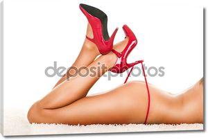Женщины ноги на каблуках, играя с трусики
