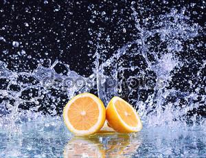 Лимон на фоне брызгов воды