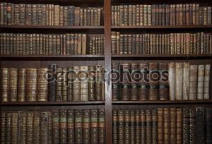 Старые книги в библиотеке