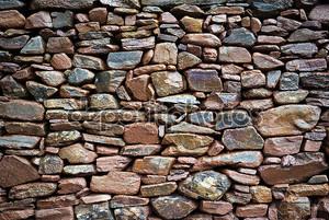 простоватая каменная стена