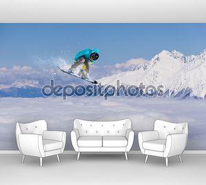 Сноубордист выполняющий трюк