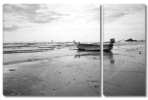 Старой рыбацкой лодке, посадка на пляже. Черный и белый.