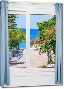 Вид из окна на полоску моря