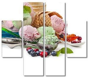 Смешанные мороженое со свежими ягодами на белом