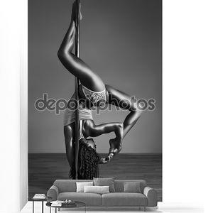 Молодая сексуальная, танцующая женщина
