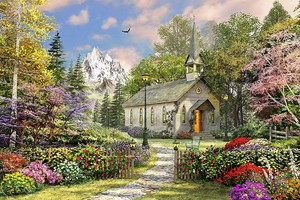 Дом в цветущем парке на фоне гор