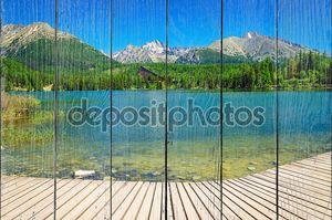 Деревянная платформа с видом на четкие горные озера
