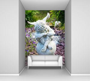 скульптура ангела с крыльями в саду