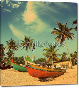 Старые рыбацкие лодки на пляже - Винтаж ретро стиль