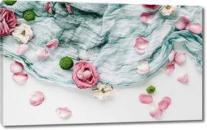 Лепестки роз на ткани