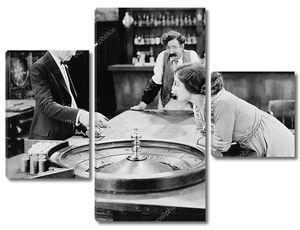 За столом с рулеткой в баре