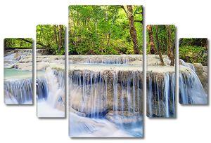 Вода перетекает через камни в лесу