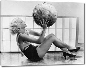 Молодая женщина с гимнастическим мячом