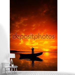 силуэт пару поцелуи в лодке на реке в закат
