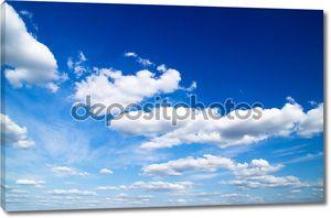 Голубое небо с плывущими облаками