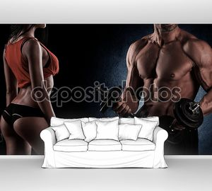 бодибилдинг. сильный человек и женщина, позирующая на черном backgroun