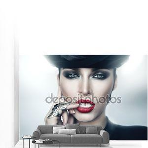 Сексуальная строгая женщина с красными губами