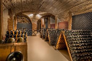 Винный погреб, ряд бутылок шампанского