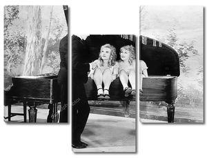 Близнецы, сидящие внутри фортепиано