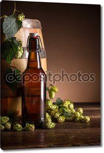 Бутылка с пивом у бочки