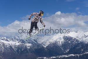 Сноубордист на небесном фоне