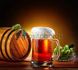 Пивная бочка с пивом стекла на деревянном столе. Темный му