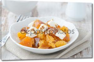 Салат из хурмы, мандаринов и козьим сыром