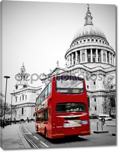 Красный автобус   на фоне собора