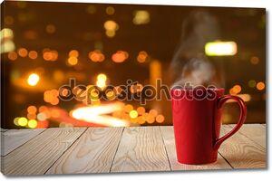 красный кофе Кубок с дым на фоне города Боке