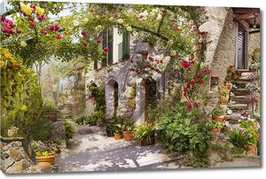Улица старого города с цветочной аркой