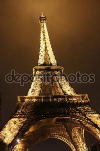 Освещенная Эйфелева башня ночью