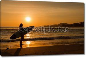 Вид сзади серфер девочка красивая сексуальная молодая женщина в бикини с белой доски для серфинга на пляже на закате или Восход