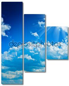 Красивые облачно голубое небо с солнцем