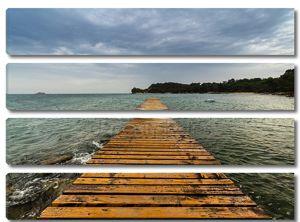 деревянный пирс на пляже