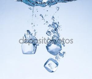 Кубики льда в брызгах воды