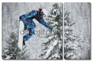 Прыжок смелого сноубордиста