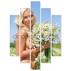 Голая женщина на поляне с кучей ромашки