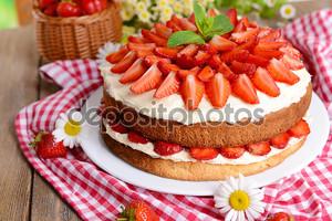 вкусный бисквитный торт с клубникой