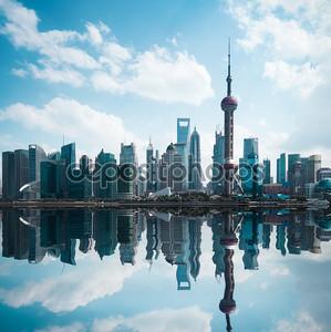 Городской пейзаж современного города, с отражением в Шанхай