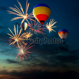 Фейерверки и воздушный шар на закате