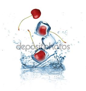 Вишня, плещущаяся в воду