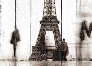Эйфелева башня и прохожие
