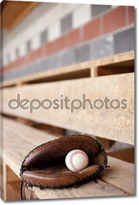 Бейсбольная перчатка в землянке