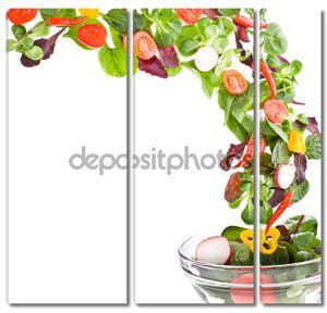 Летающие свежий салат, изолированные на белом фоне