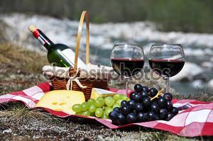 Красное вино, сыр и виноград служил на пикник. Долина Верзаска,