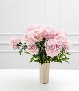 Красивые пионы в розовой вазе