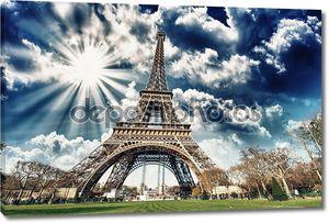 Прекрасный вид на Эйфелеву башню во всем его великолепии - Париж.