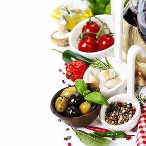 Специи и травы рядом с овощами