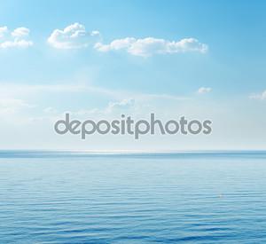 синее море и облака на небе